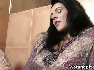 Horny brunette babe masturbating squirting to bathtub